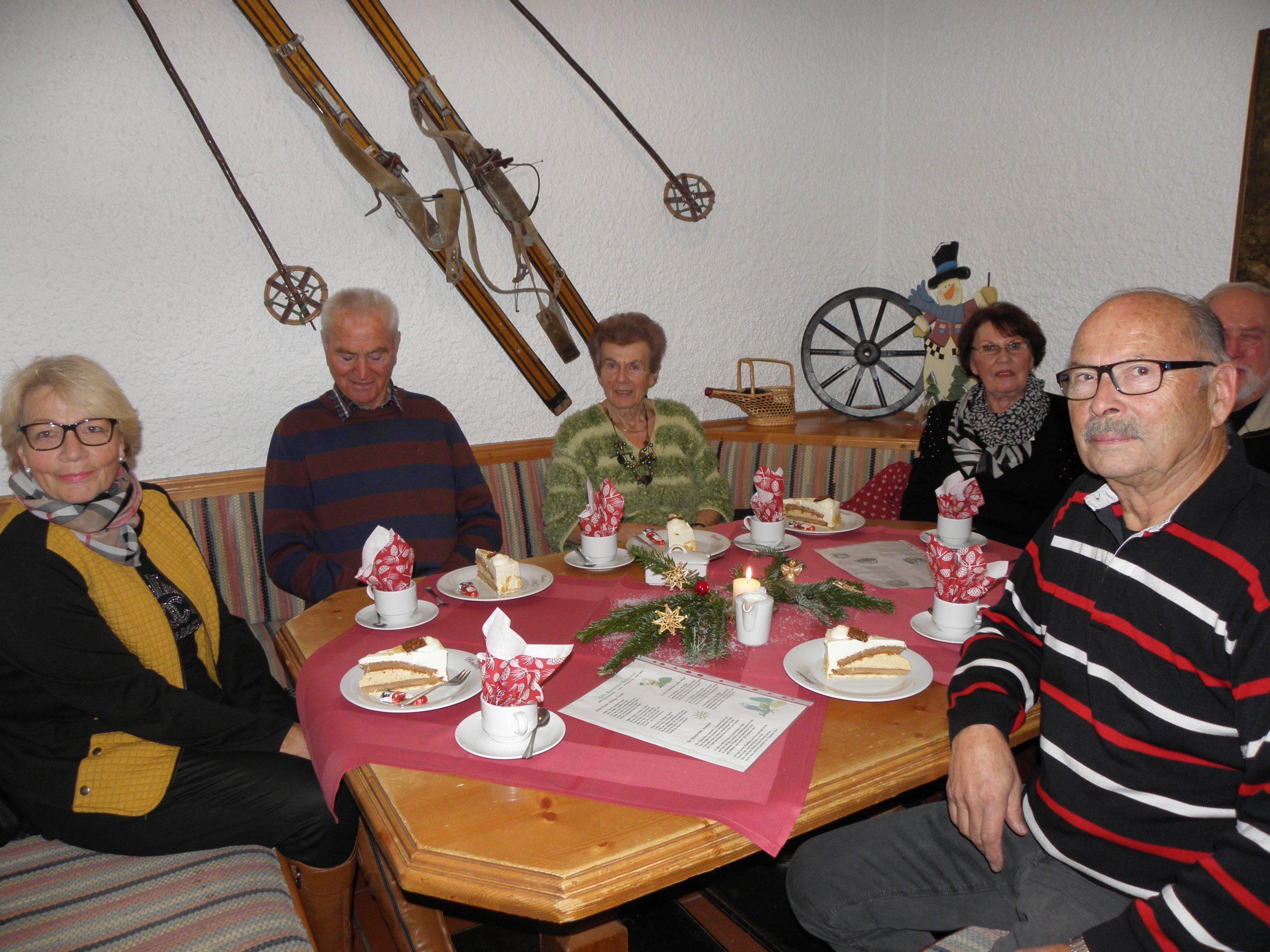 Kaffee und Kuchen, weihnachtlich dekorierter Tisch