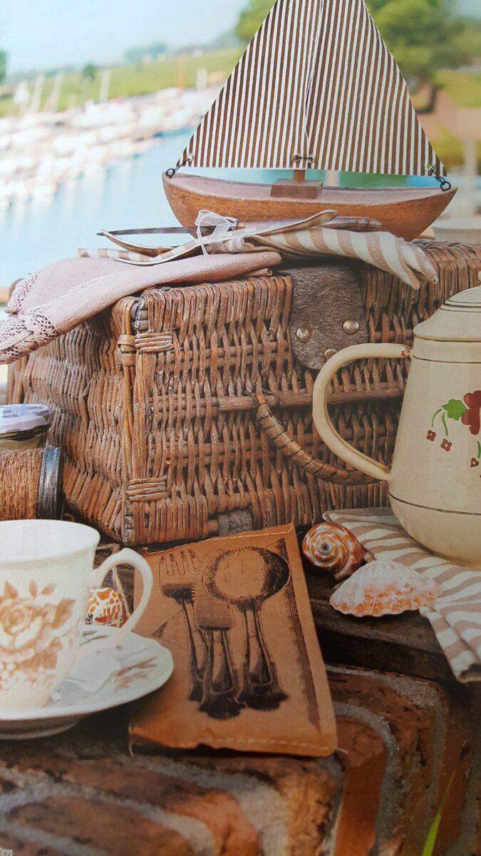 Alles, was man für ein Picknick gebrauchen kann: Ein Weidenkokrb, 1 Tasse, Kaffeekanne, Decke, Serviette, Krimskram zur Deko - 1 Boot, Muschelnso allerlei vom Flohmarkt